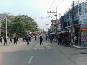 ทหารพม่าเสริมกำลังเท่าตัว-ตรึงทั่วเมืองท่าขี้เหล็ก ม็อบต้านรัฐประหารหยุดรอดูท่าทีวันแรก