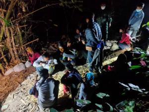 แรงงานพม่าเริ่มทะลักข้ามชายแดน จ.กาญจน์ คืนเดียวจับได้ 30 คน ที่ชายแดน อ.สังขละบุรี