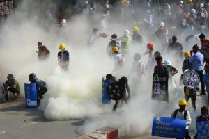 ผู้ประท้วงในเมืองย่างกุ้งวันอังคาร (2 มี.ค.) เผชิญหน้าตำรวจซึ่งยิงแก๊สน้ำตาใส่