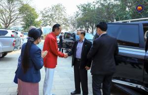 เจ้า เหว่ย (เสื้อสีแดง) ให้การต้อนรับสมดี ดวงดี รองนายกรัฐมนตรี และรัฐมนตรีกระทรวงการเงิน สปป.ลาว (ภาพจากเพจเขตเศรษฐกิจพิเศษสามเหลี่ยมทองคำ)