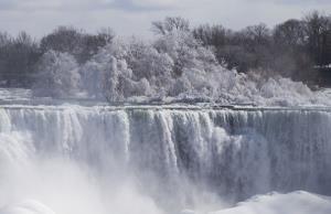 น้ำตกไนแองการาฝั่งแคนาดาช่วงที่มีหิมะปกคลุม (ภาพ : ซินหัว)