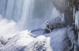 บรรยากาศสุดเหน็บหนาวที่น้ำตกไนแองการา ฝั่งแคนาดา (ภาพ : ซินหัว)