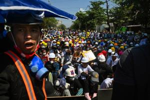 พวกผู้ประท้วงต่อต้านทหารทำรัฐประหารยึดอำนาจ  ยังคงออกมาชุมนุมกันในเมืองย่างกุ้ง วันพฤหัสบดี (4 มี.ค.)