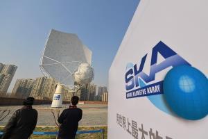 (แฟ้มภาพซินหัว : ต้นแบบแรกของกล้องโทรทรรศน์วิทยุอาเรย์ตารางกิโลเมตร (SKA) ในนครสือเจียจวง เมืองเอกของมณฑลเหอเป่ยทางตอนเหนือของจีน วันที่ 6 ก.พ. 2018)
