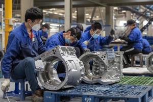โรงงานแห่งหนึ่งของจีนกลับมาทำงาน เริ่มการผลิตพร้อมกับการป้องกันการแพร่ระบาดโควิด-19 อย่างเคร่งครัด (ที่มา Xinhua Finance)