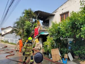 เกิดเหตุไฟไหม้หมู่บ้านสัมพันนิเวศ เจ้าหน้าที่ดับเพลิงร่างร่วงกระแทกพื้นเจ็บ