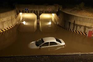 ซ้ำซาก! ฝนถล่มไฟดับน้ำท่วมอุโมงค์ลอดรถไฟโคราช รถเก๋งจมหวิดดับ วอนติตตั้งระบบสำรองไฟฟ้า