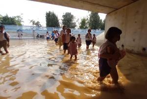 พายุฤดูร้อนกระหน่ำเมืองช้าง ท่วมอุโมงค์ทางลอดเด็กต้องลุยน้ำไปโรงเรียน เหตุไม่มีช่องทางระบาย