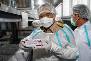 สธ.รับมอบวัคซีนโควิดจากแอสตร้าเซนเนก้า 117,300 โดส เก็บเข้าคลังวัคซีนกรมควบคุมโรค