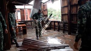 ขอนแก่นอ่วมพายุฤดูร้อนถล่มบ้านพังเสียหายเกือบ 1,000 หลัง ทหารเร่งช่วยซ่อม