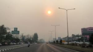 เชียงใหม่ฝุ่นควันหนาทึบแทบไม่เห็นตะวัน-ค่ามลพิษพุ่งยึดอันดับโลกแน่น เหตุเพื่อนบ้านเผาหนักโดนลมหอบมาสะสม
