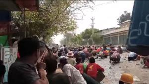 ผู้ประท้วงพากันก้มตัวลงเรี่ยพื้น ระหว่างการชุมนุมต่อต้านรัฐประหารที่เมืองมไยง์ ทางภาคกลางของพม่าเมื่อวันพฤหัสบดี (11 มี.ค.) ทั้งนี้มีรายงานว่า การประท้วงที่นี่มีผู้ถูกเข่นฆ่าถึง 6 คน (รอยเตอร์ถ่ายภาพนี้จากคลิปวิดีโอที่มีผู้โพสต์ทางสื่อสังคม)