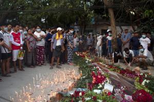 ประชาชนวางดอกไม้และเทียนไขบนจุดที่ผู้ประท้วงคนหนึ่งถูกยิงเสียชีวิตระหว่างการประท้วงต่อต้านรัฐประหาร ในพื้นที่ของเขตดากองเหนือ เมืองย่างกุ้ง วันพฤหัสบดี (11 มี.ค.)