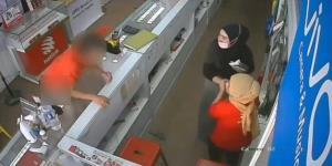 เสียหน้า! หนุ่มหื่นช่วยตัวเองหน้าร้านมือถือมาเลยเซีย แต่พนักงานสาวกลับเมิน ฉุนบุกเข้าร้าน (ชมคลิป)