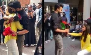 โทษหนัก! มหาวิทยาลัยปากีสถานไล่ออก นักศึกษาสาวคุกเข่าขอผู้ชายแต่งงาน (ชมคลิป)