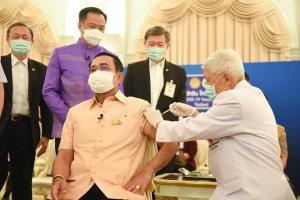 """""""ประยุทธ์"""" ฉีดวัคซีน """"แอสตร้าเซนเนก้า"""" เข็มแรก ขอบคุณทุกฝ่ายที่มีวัคซีนฉีดโควิด-19 ให้คนไทย"""