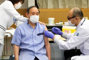 """นายกฯ ญี่ปุ่นลัดคิวฉีดวัคซีนโควิด ก่อนบินพบ """"ไบเดน"""""""