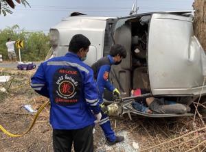 รถกระบะเสียหลักลื่นเพราะกากน้ำตาลหกบนถนน ทำรถพลิกคว่ำชนต้นไม้เสียชีวิต 1 บาดเจ็บ 4