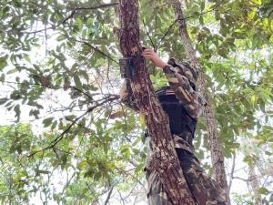 """""""ดอยผ้าห่มปก""""นำร่องตั้งกล้องแอบถ่ายสกัดคนลอบเผาป่า-ฝุ่นควันเชียงใหม่ยังหนาเกินมาตรฐาน"""