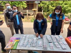 """ลุยค้นร้านธงฟ้านครพนม! โกงเงินรัฐ """"บัตรคนจน"""" แลกเงินสด พร้อมยึดบัตรกว่า 393 ใบ"""