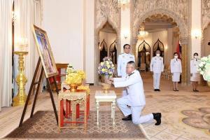 """""""ในหลวง-ราชินี"""" พระราชทานแจกันดอกไม้ เนื่องในวันคล้ายวันเกิดนายกรัฐมนตรี"""