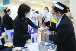 คนกรุงฉีดวัคซีนโควิด-19 แล้ว 44,034 คน ยังเน้นกลุ่มเสี่ยง 6 เขตติดสมุทรสาคร ประชาชนทั่วไปรอเดือน มิ.ย.นี้