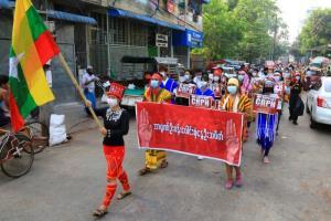 ชาวพม่าหลายพันลงถนนประท้วงกันอีกหน หลังประท้วงเงียบทำเมืองหยุดนิ่งต้านรัฐประหาร