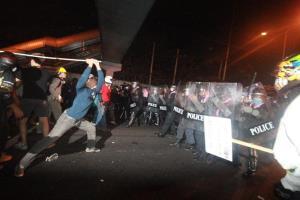 ภาพ หนึ่งในเหตุการณ์ความรุนแรง ที่ม็อบพร้อมปะทะกับเจ้าหน้าที่ตำรวจ จากแฟ้ม