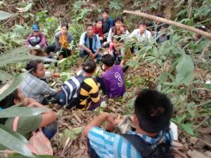 จับไม่หมด!! รวบ 16 แรงงานชาวพม่าขณะซ่อนตัวกลางป่า ส่วนผู้นำพาไหวตัวหลบหนีทัน