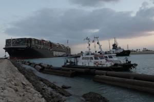 ผงะ! เรือยักษ์ติดคลองสุเอซกระทบ ศก.เกือบ $1 หมื่นล้านต่อวัน โอละพ่อส่อเป็นความผิดพลาดของมนุษย์