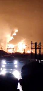 ไฟไหม้โรงกลั่นน้ำมันใน 'อินโดนีเซีย' เจ็บแล้ว 5 ราย ชาวบ้านอพยพหนีตายเกือบพันคน (ชมคลิป)