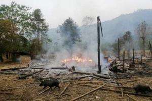 ภาพจากศูนย์ข้อมูลกะเหรี่ยงเผยให้เห็นซากปรักหักพังในหมู่บ้านแห่งหนึ่งของรัฐกะเหรี่ยง หลังกองทัพพม่าโจมตีทางอากาศตอบโต้ที่ KNU เข้ายึดฐานทหาร. -- AFP.