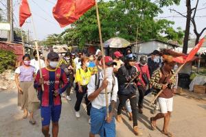 ผู้ประท้วงเดินขบวนกันไปตามถนนแสดงการประท้วงทหารทำรัฐประหารยึดอำนาจ ที่เมืองย่างกุ้ง วันพุธ (31มี.ค.)