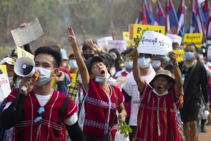 ประชาชนชาวกะเหรี่ยงเข้าร่วมการประท้วงต่อต้านทหารพม่าทำรัฐประหารยึดอำนาจ ที่เมืองไลง์บเว รัฐกะเหรี่ยง ทางภาคตะวันออกของพม่า (ภาพนี้เอเอฟพีได้รับจากศูนย์สารนิเทศกะเหรี่ยง Karen Information Center ในวันพุธที่ 31 มี.ค.)