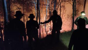 """ไฟไหม้ป่าดอยสุเทพ """"บ้านขุนช่างเคี่ยน"""" จนท.ระดมดับทั้งคืนวอด 120 ไร่"""