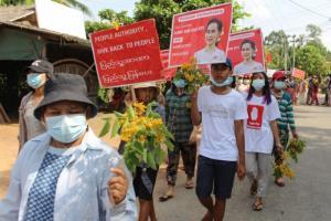ผู้ชุมนุมพม่าหาช่องทางติดต่อสื่อสารใหม่ ลั่นจะไม่ยอมแพ้หลังทางการตัดสัญญาณเน็ต
