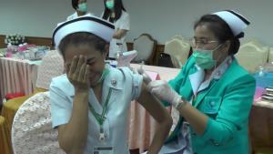"""ยิ้มกันทั้ง รพ.! พยาบาลกลัวเข็ม-ปิดหน้าฉีดวัคซีนโควิด """"เพชรบูรณ์"""" วางคิวฉีดคนแหล่งท่องเที่ยว"""