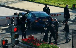 ระทึก! คนร้ายขับรถพุ่งชนตำรวจที่ 'รัฐสภาสหรัฐฯ' ก่อนถูกยิงเสียชีวิต