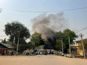 พม่ายิงผู้ชุมนุมดับ 4 ราย ออกหมายจับปิดปากคนดัง-นักข่าวอีกอื้อ ด้าน KNU เผยกองทัพโจมตีทางอากาศทำชาวบ้านหนีตายกว่า 12,000 คน