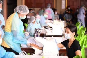 กทม.เร่งลงพื้นที่ฉีดวัคซีนโควิด-19 ให้กลุ่มเสี่ยงผู้ค้า-ผู้ช่วยค้าในตลาดย่านบางขุนเทียนและจอมทอง