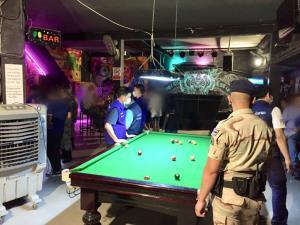 """บุกจับร้านเหล้า """"ลาสเวกัส"""" กลางเมืองเชียงใหม่ เย้ยกฎหมายเปิดเกินเวลา-ไร้มาตรการป้องกันโควิด-19"""