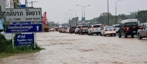 พายุฤดูร้อนถล่มเมืองสัตหีบ ทำบ้านเรือนประชาชน-ถนนหลายสายน้ำท่วมสูงฉับพลัน