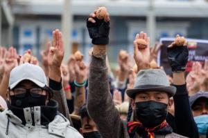 ชาวพม่าระบายสีไข่อีสเตอร์ต่อต้านรัฐประหาร ขณะยอดดับจากการปราบปรามผู้ชุมนุมพุ่ง 557 ราย