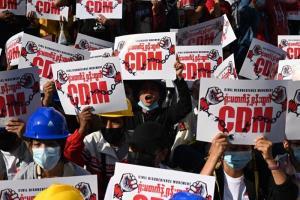 ขบวนการอารยะขัดขืน (Civil Disobedience Movement ใช้อักษรย่อว่า CDM) ได้รับการสนับสนุนและให้ความสำคัญจากผู้ประท้วงซึ่งต่อสู้ด้วยการลงสู่ท้องถนนในพม่า ตั้งแต่ช่วงแรกๆ ที่เกิดการชุมนุมต่อต้านการรัฐประหารยึดอำนาจ  ดังในภาพจากแฟ้มภาพนี้ ซึ่งถ่ายเมื่อวันที่ 14 ก.พ. ที่เมืองย่างกุ้ง