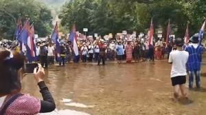 กลุ่มชาติพันธุ์ชาวกะเหรี่ยงรวมตัวแสดงสัญลักษณ์ชูสามนิ้ว ต้านการรัฐประหารกลางแม่น้ำกะสะ