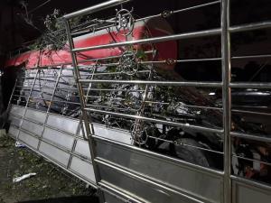 เคราะห์ดี! รถบรรทุกปูนพุ่งชนเสาไฟฟ้า ไฟลุก คนขับหนีออกมาทัน คาดหลับใน