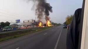 สลด! หนุ่ม 19 ขับรถบรรทุกสารเคมีกระป๋องเสียหลักชนคอสะพาน สารเคมีระเบิด