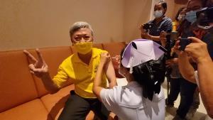 พ่อเมืองระยองฉีดวัคซีนโควิด-19 เข็มแรก ขณะที่ผู้ติดเชื้อรายใหม่รอสรุปผล