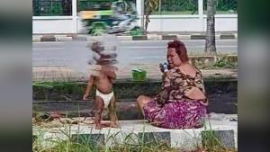 สงสาร! หนูน้อยถูกหญิงวัยกลางคนล่ามขาไว้กับต้นไม้ ริมถนนอุดรฯ วอนหน่วยงานลงพื้นที่ช่วยเหลือ