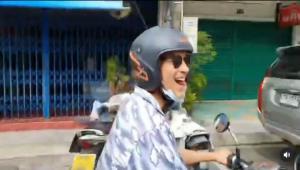 """ฮือฮาทั้งภูเก็ต เมื่อ""""ณเดชน์ คูกิมิยะ"""" ทำเซอร์ไพรส์ทั่วเมือง ถอดเสื้อวิ่งริมถนน ขี่มอเตอร์ไซค์เท้าเปล่า"""